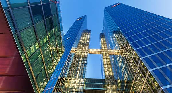 Mehrere Wolkenkratzer mit Glas-Fassaden.´